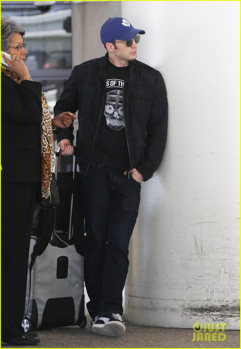 chris evans returns from london looking mighty fine 063108548