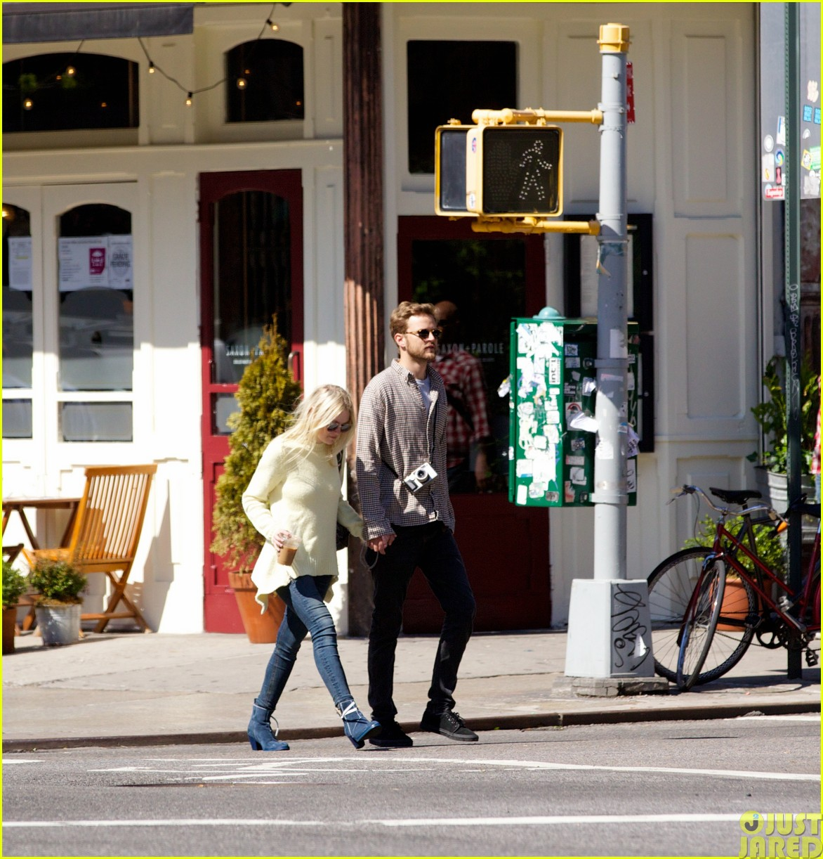 dakota fanning holds boyfriend jamies hand in nyc18