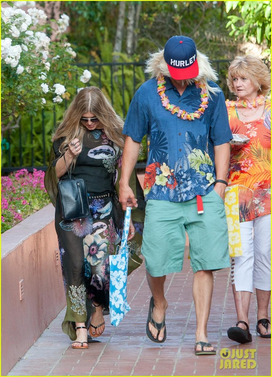 fergie josh duhamel dress up for surfing themed party 053117163