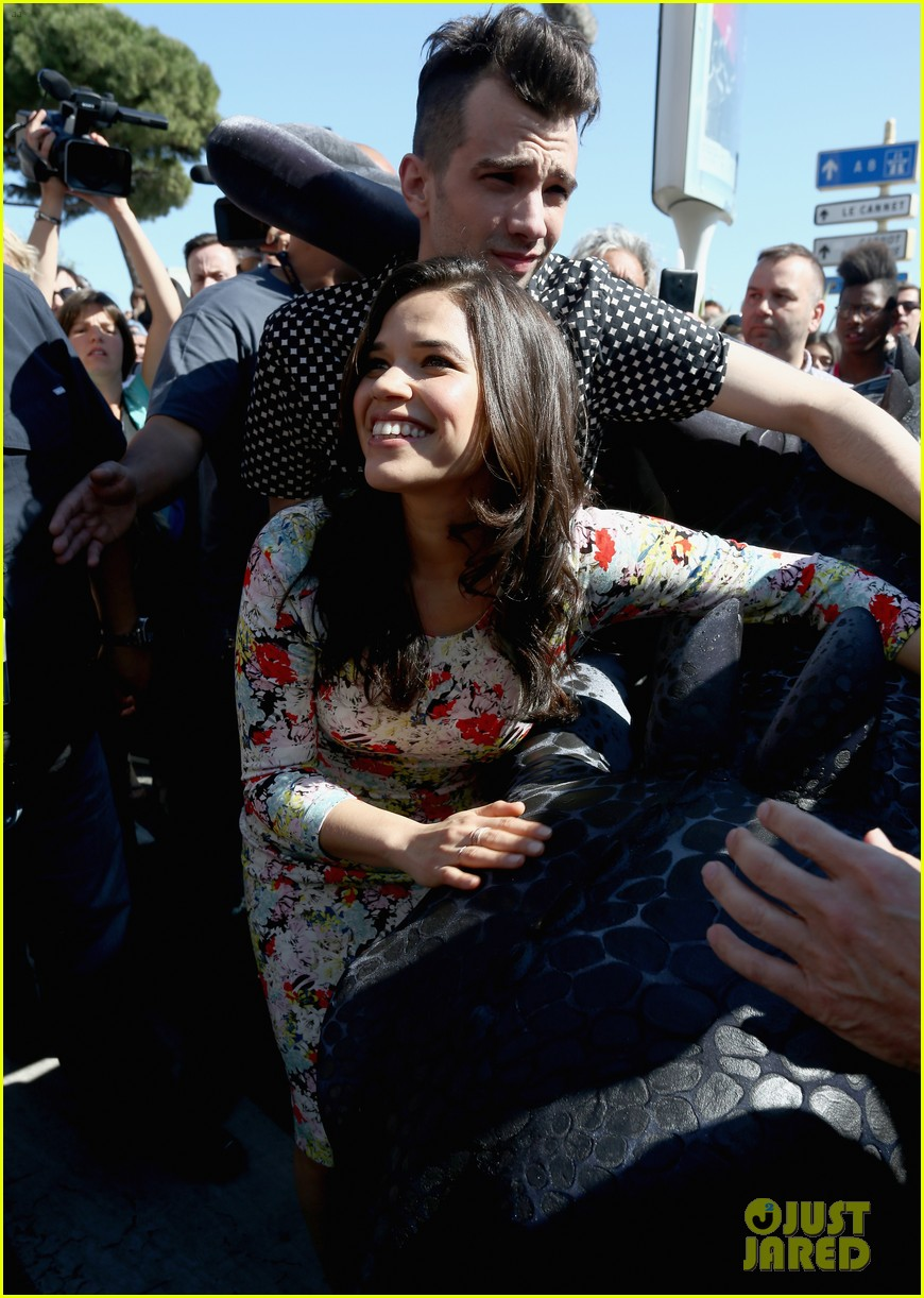 america ferrera takes toothless the dragon to cannes 02