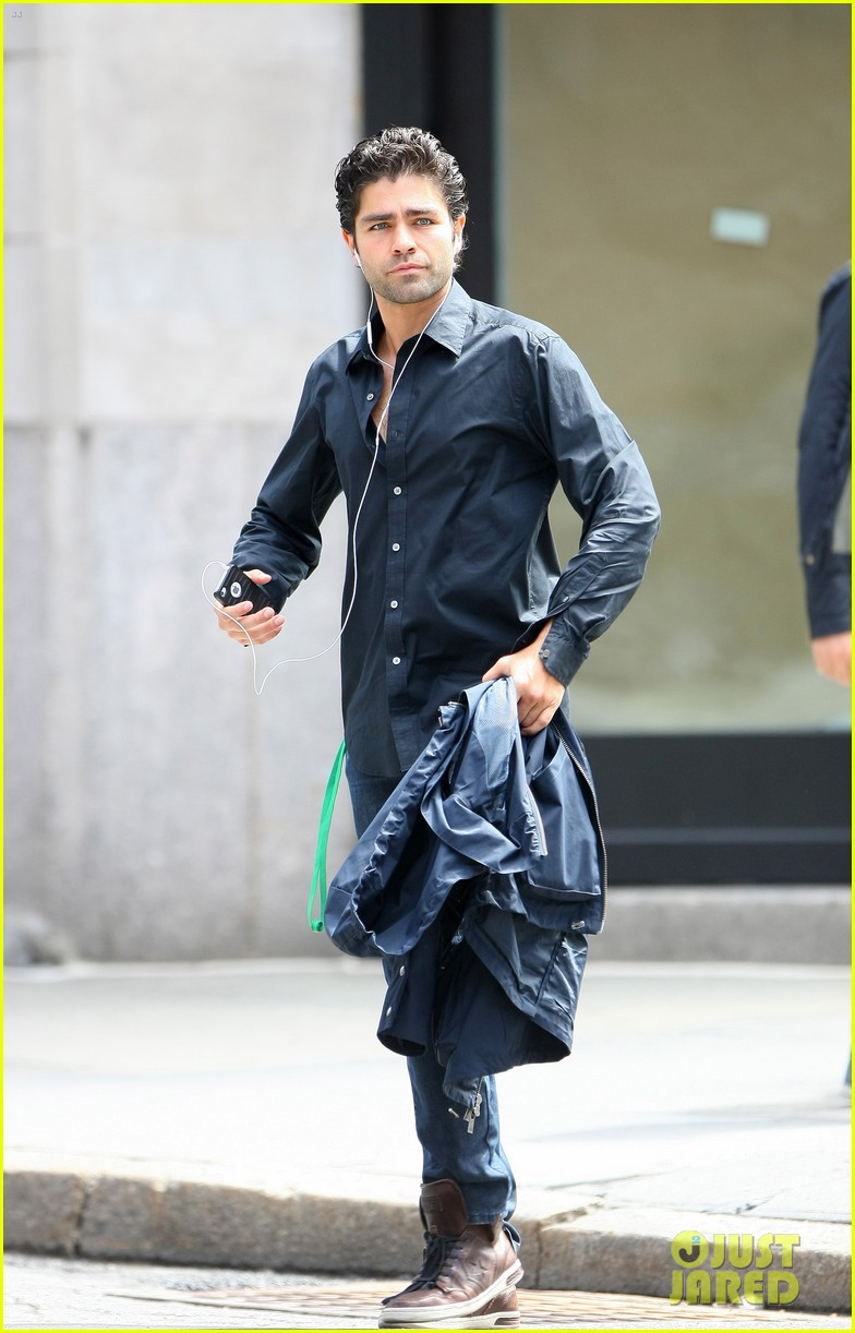 adrian grenier takes his shirt off while walking through nyc streets 05