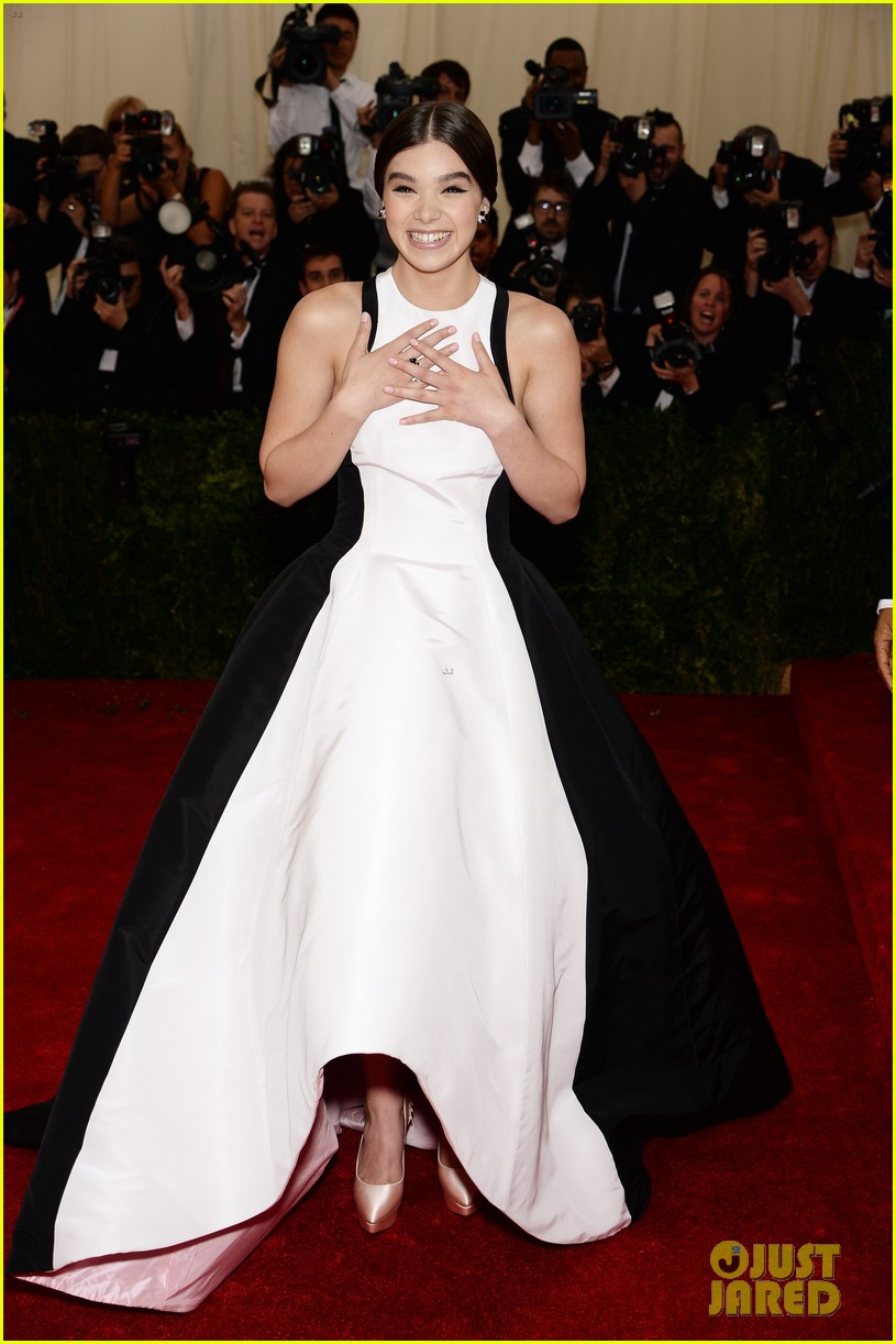 hailee steinfeld 2014 met ball red carpet 013105889