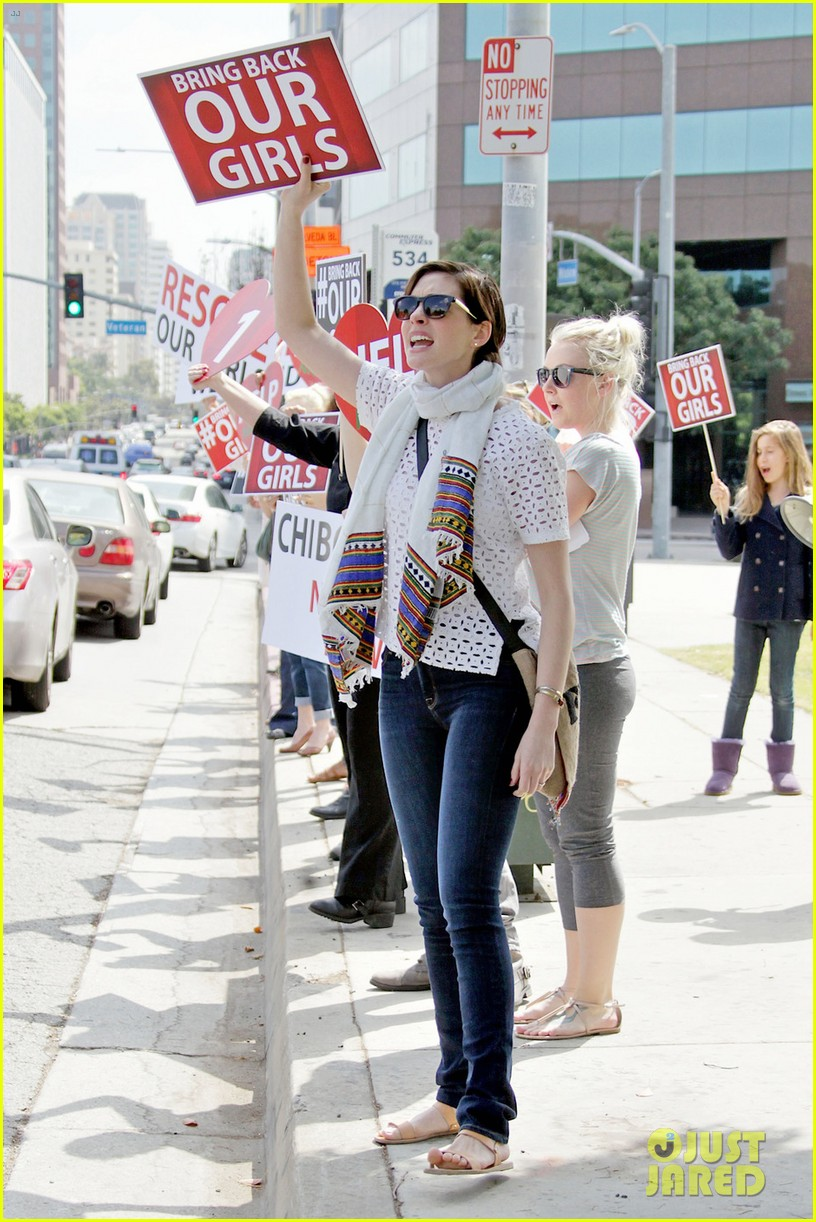 anne hathaway joins protestors at bring back our girls rally 02