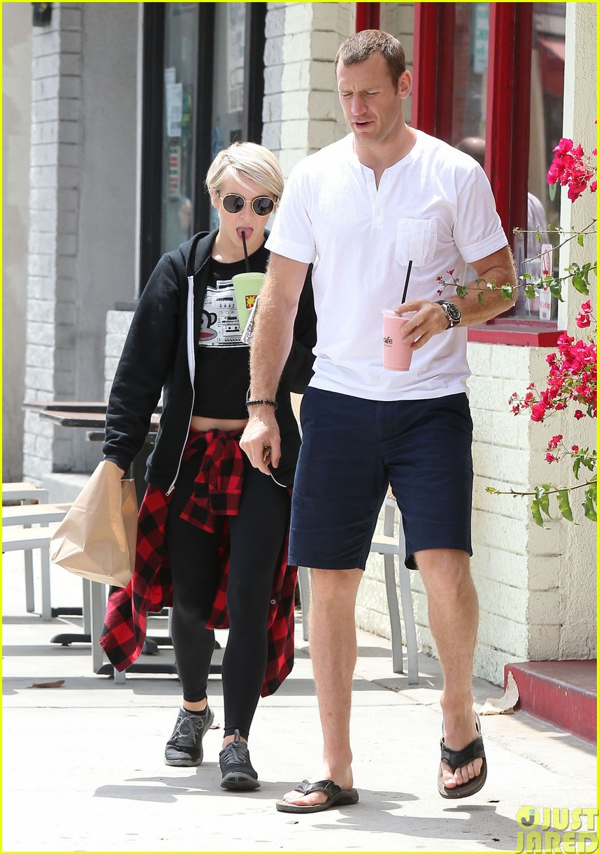 julianne hough and boyfriend brooks laich make a smoothie stop03