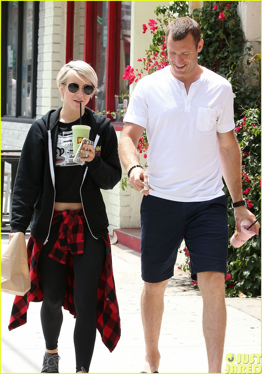 julianne hough and boyfriend brooks laich make a smoothie stop39