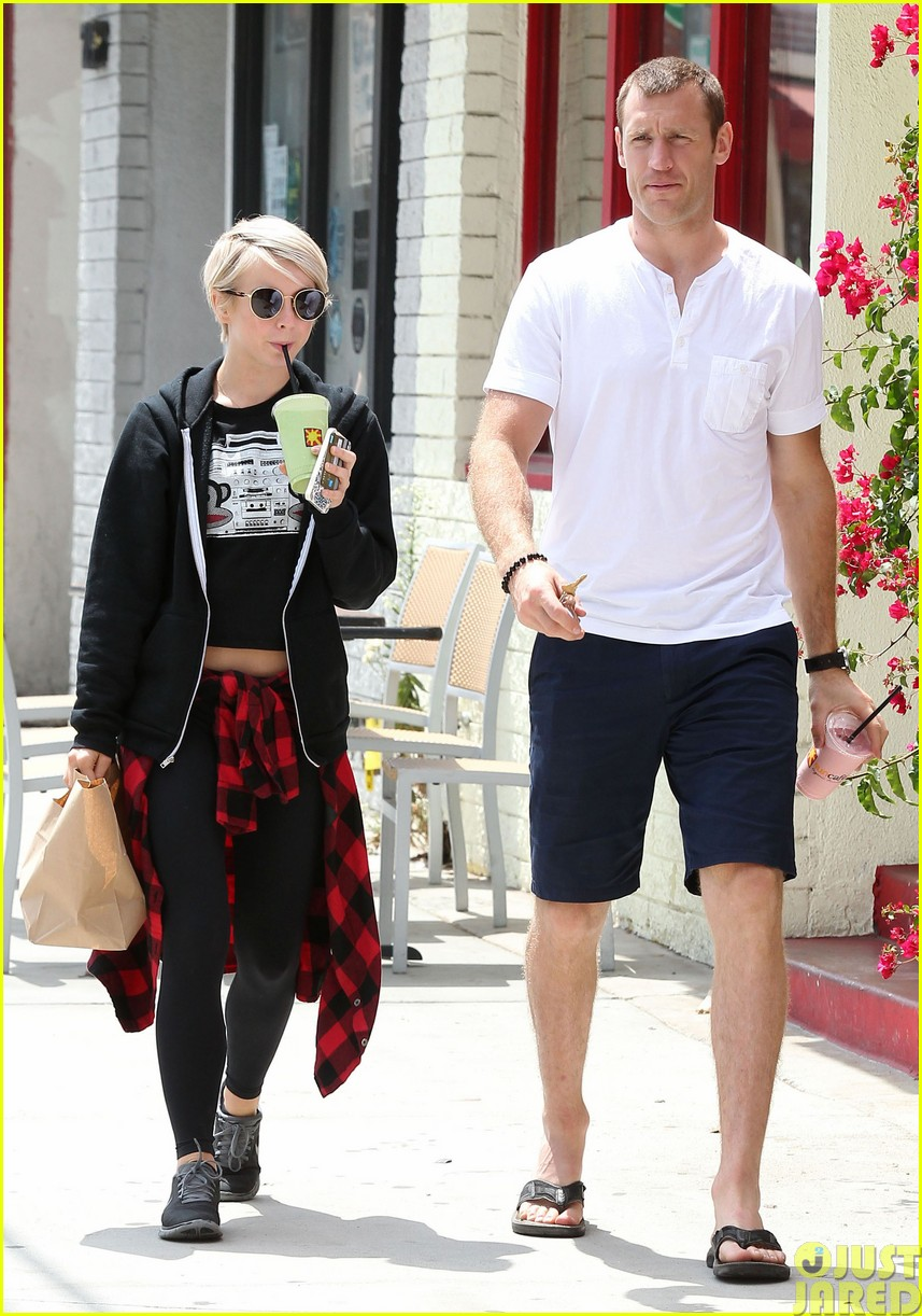 julianne hough and boyfriend brooks laich make a smoothie stop403121374