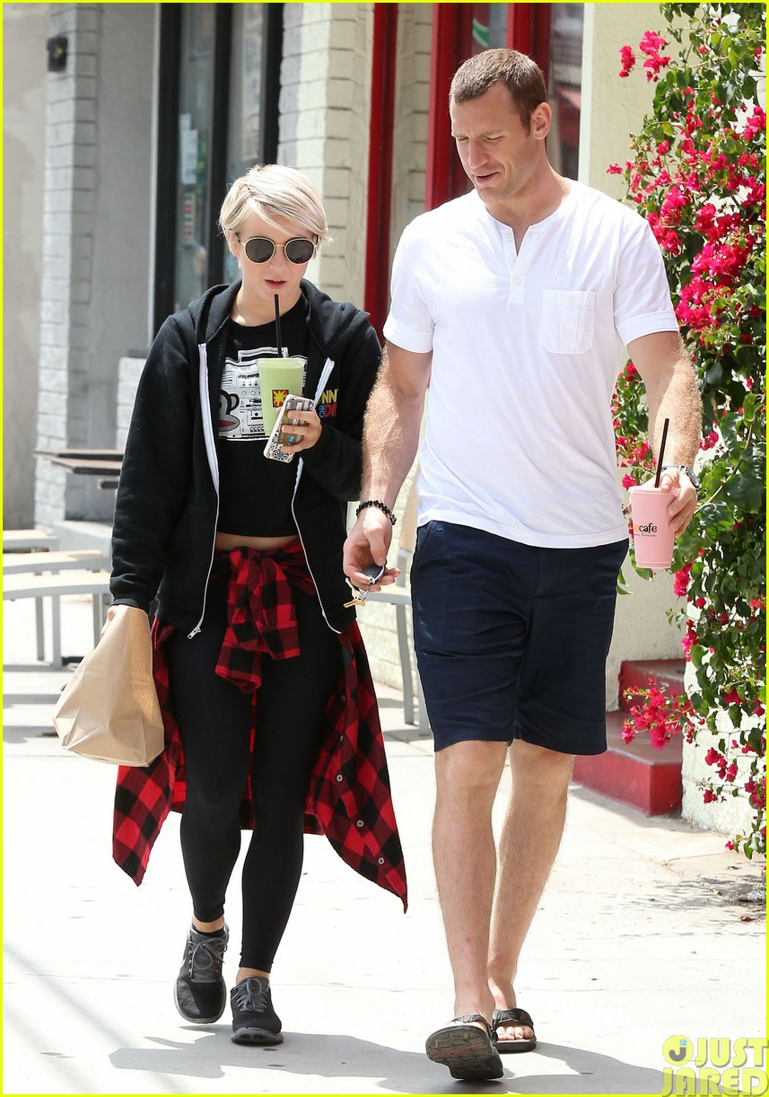 julianne hough and boyfriend brooks laich make a smoothie stop433121377