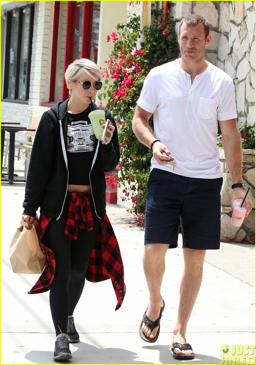 julianne hough and boyfriend brooks laich make a smoothie stop483121382