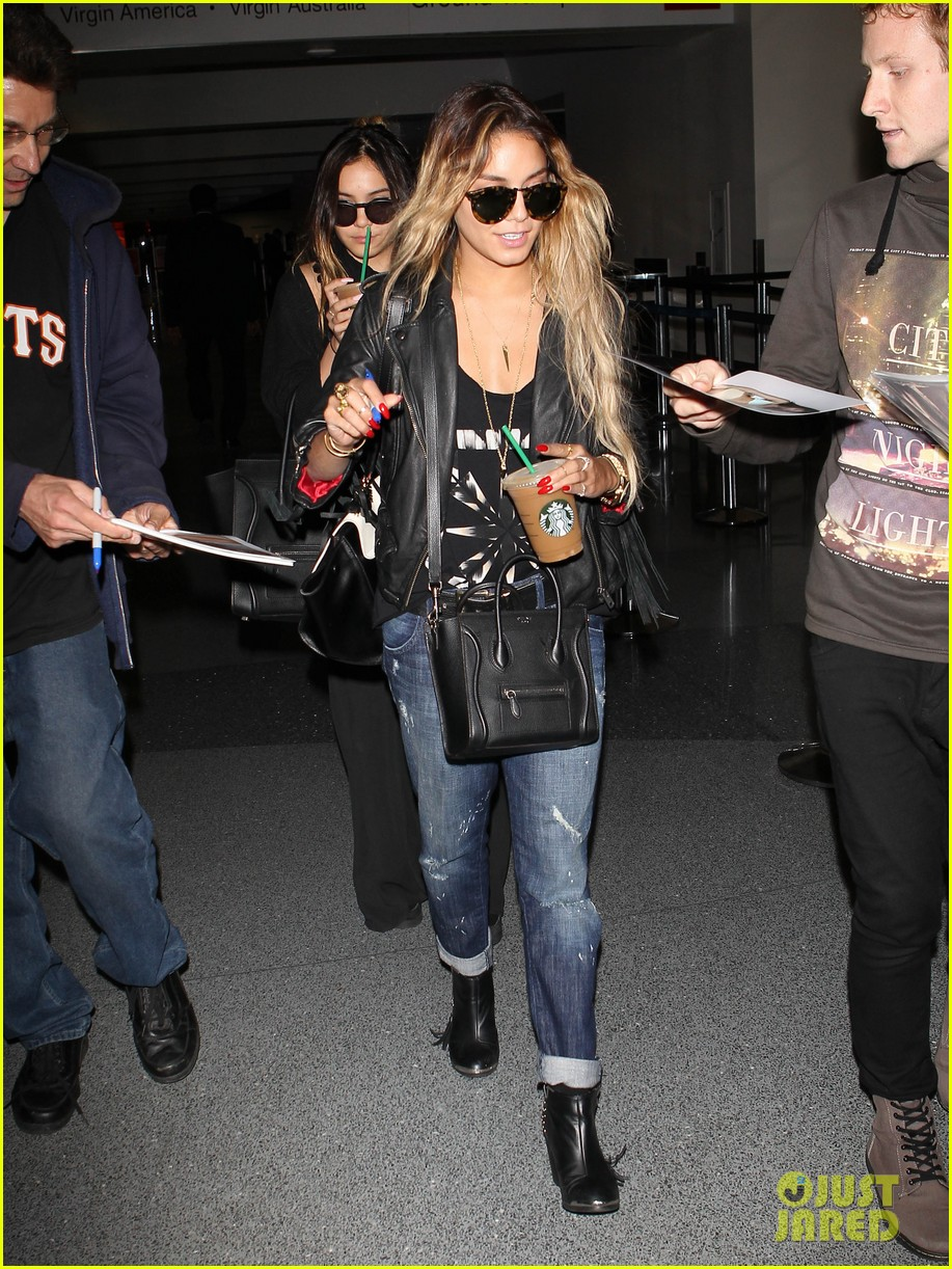 vanessa hudgens twinsies moment with sister stella at lax 033109256