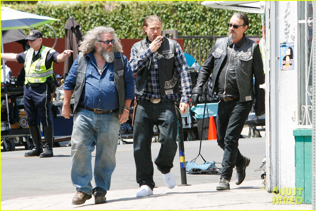 charlie hunnam gets all made up on sons of anarchy set 20