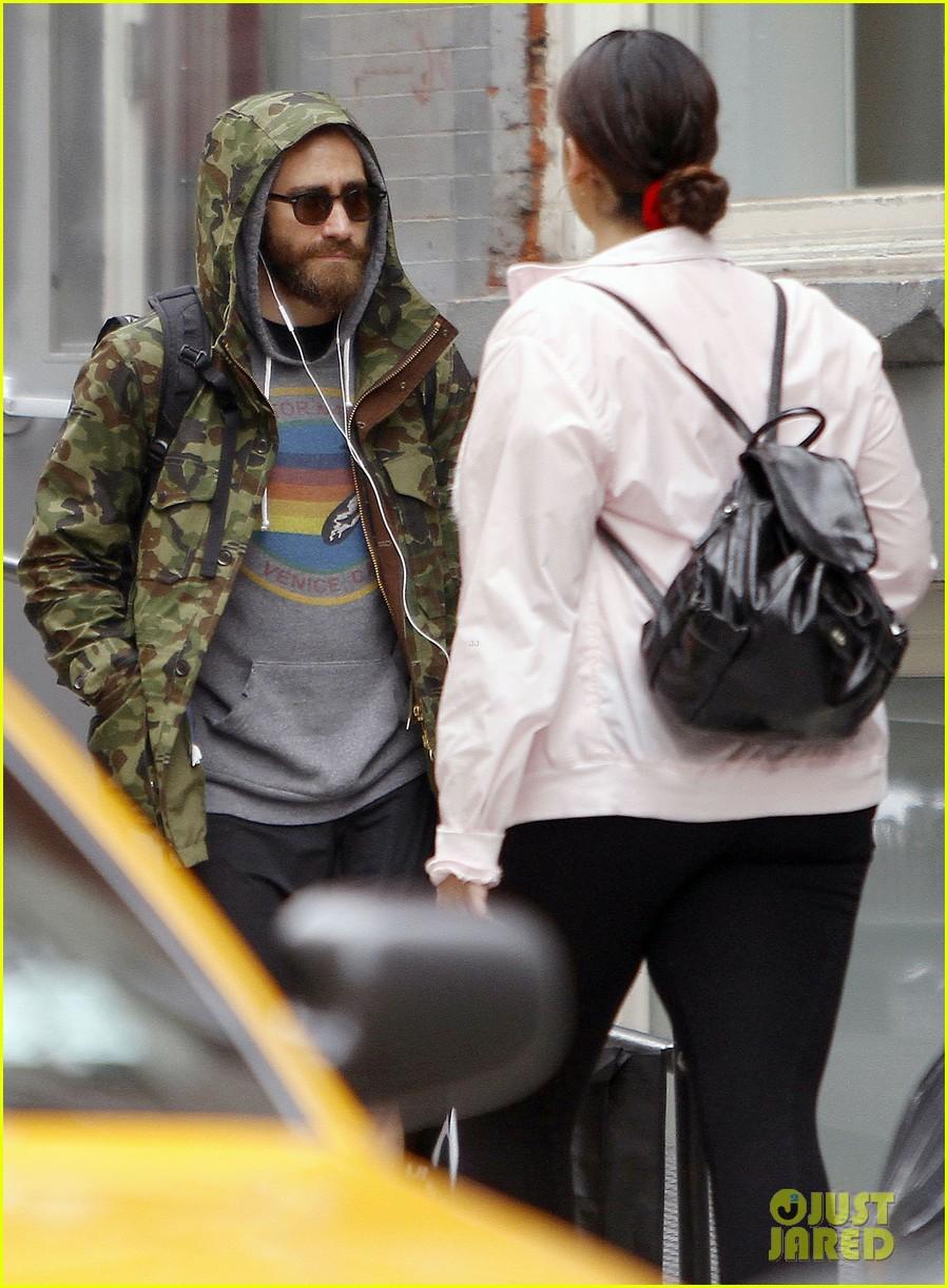 jake gyllenhaal doesnt let the rain keep him away 043109302