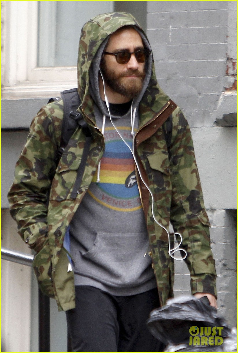 jake gyllenhaal doesnt let the rain keep him away 07