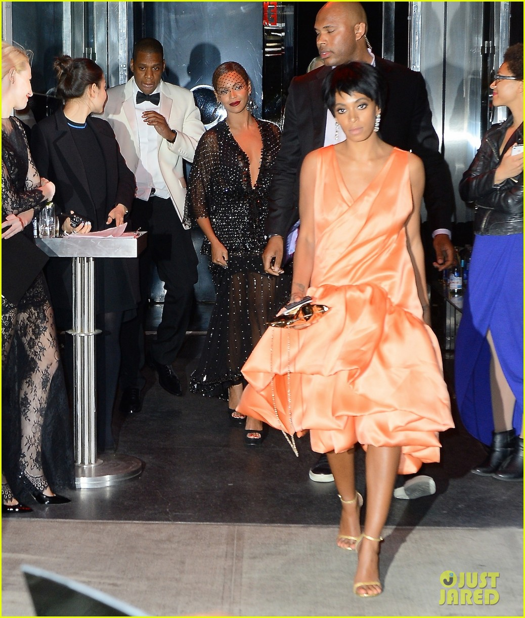 jay z leaves separately from beyonce solange 04
