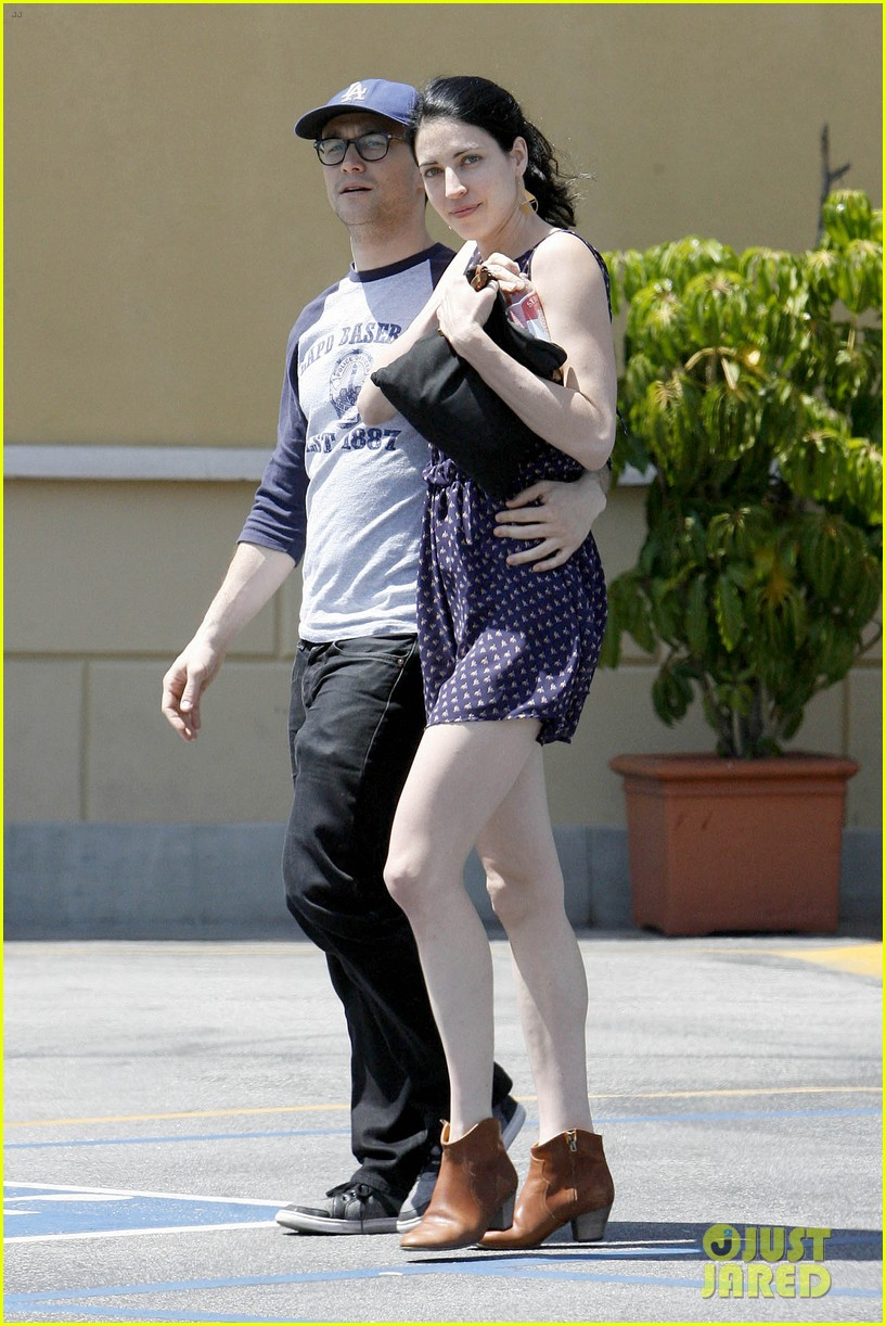 joseph gordon levitt holds tight to mystery woman 023111748