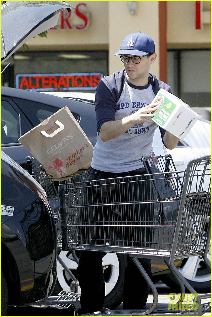joseph gordon levitt holds tight to mystery woman 10