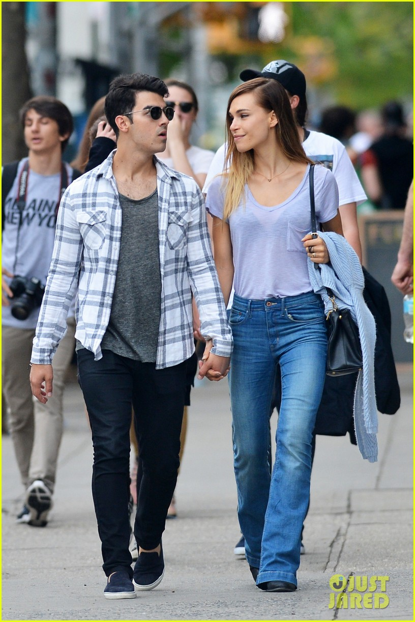 joe jonas and blanda eggenschweiler enjoy the sunny spring weather02