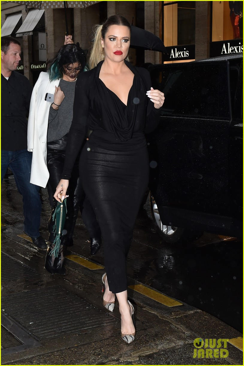 kim kardashian shows some leg at dinner with her family 05