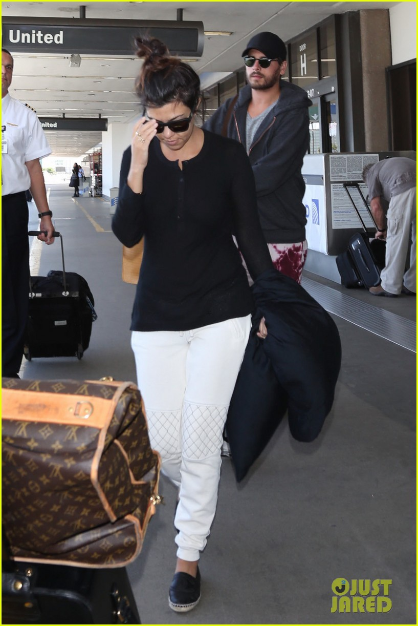 khloe kourtney kardashian touch down at lax just in time for mothers day 07