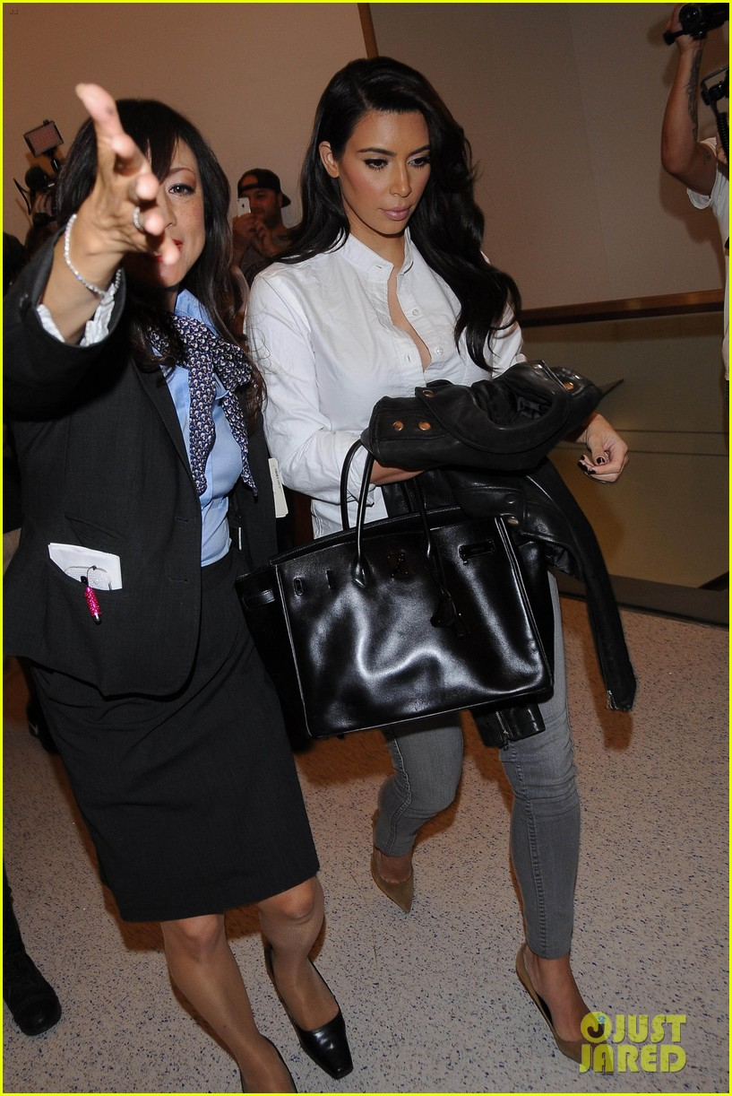 kim kardashian catches a flight out of town with khloe 05