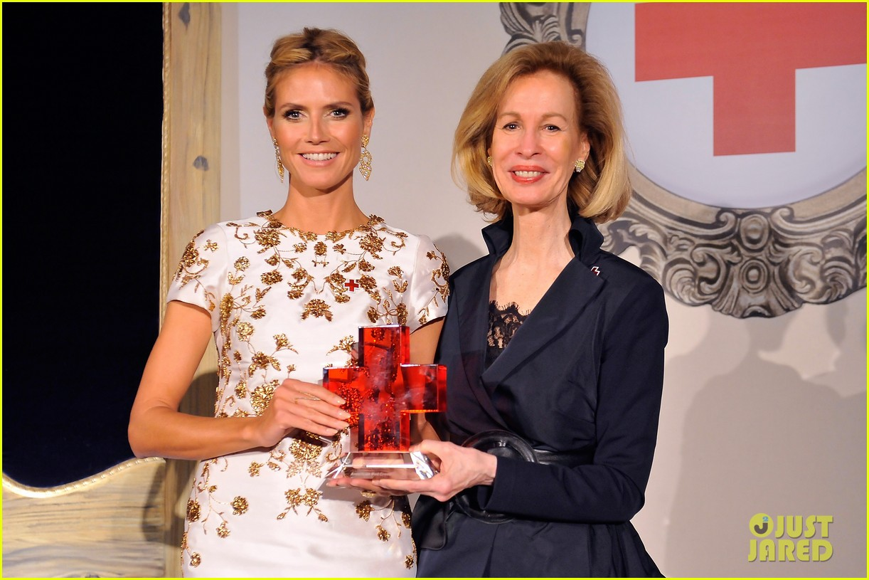 heidi klum american red cross crystal cross award 03