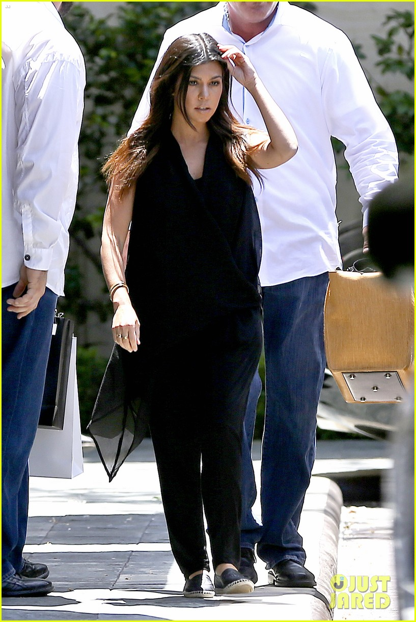 kourtney kardashian kris jenner attend kims bridal shower 07
