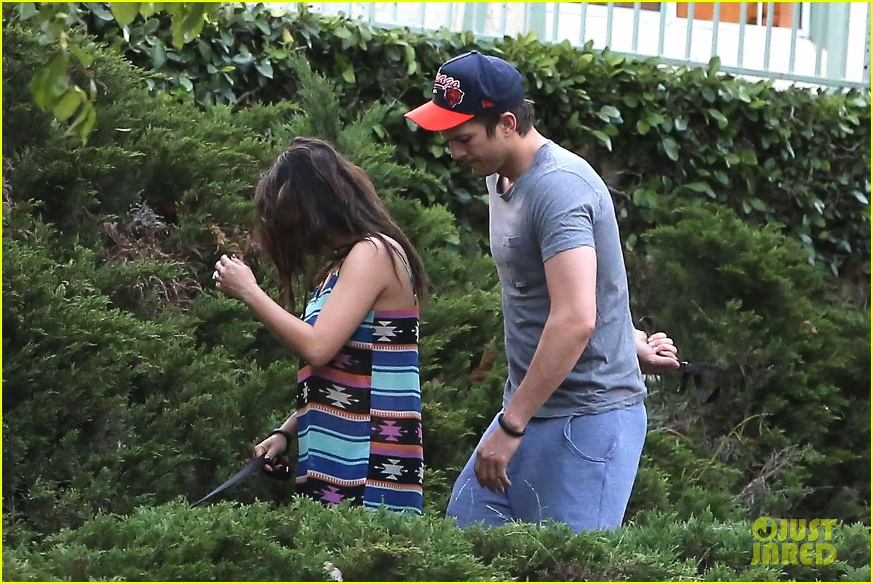 mila kunis hides her baby bump in loose fitting dress 013103802