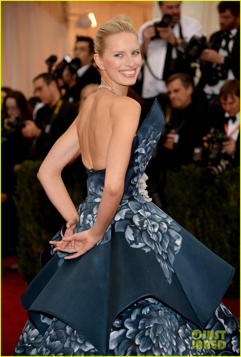 karolina kurkovas floral dress is unlike anything weve seen on met ball 2014 red carpet 04