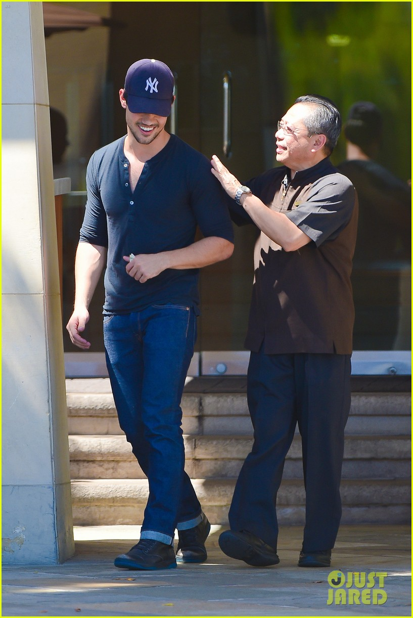 taylor lautner fantastically talanted does his own stunts 033114933