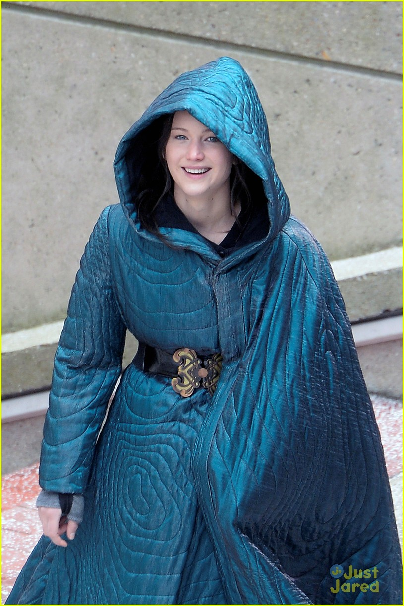 jennifer lawrence liam hemsworth mockingjay robes 01