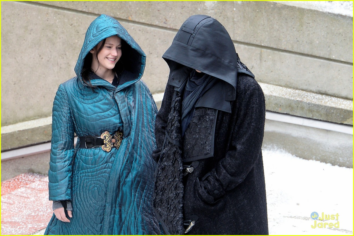 jennifer lawrence liam hemsworth mockingjay robes 03
