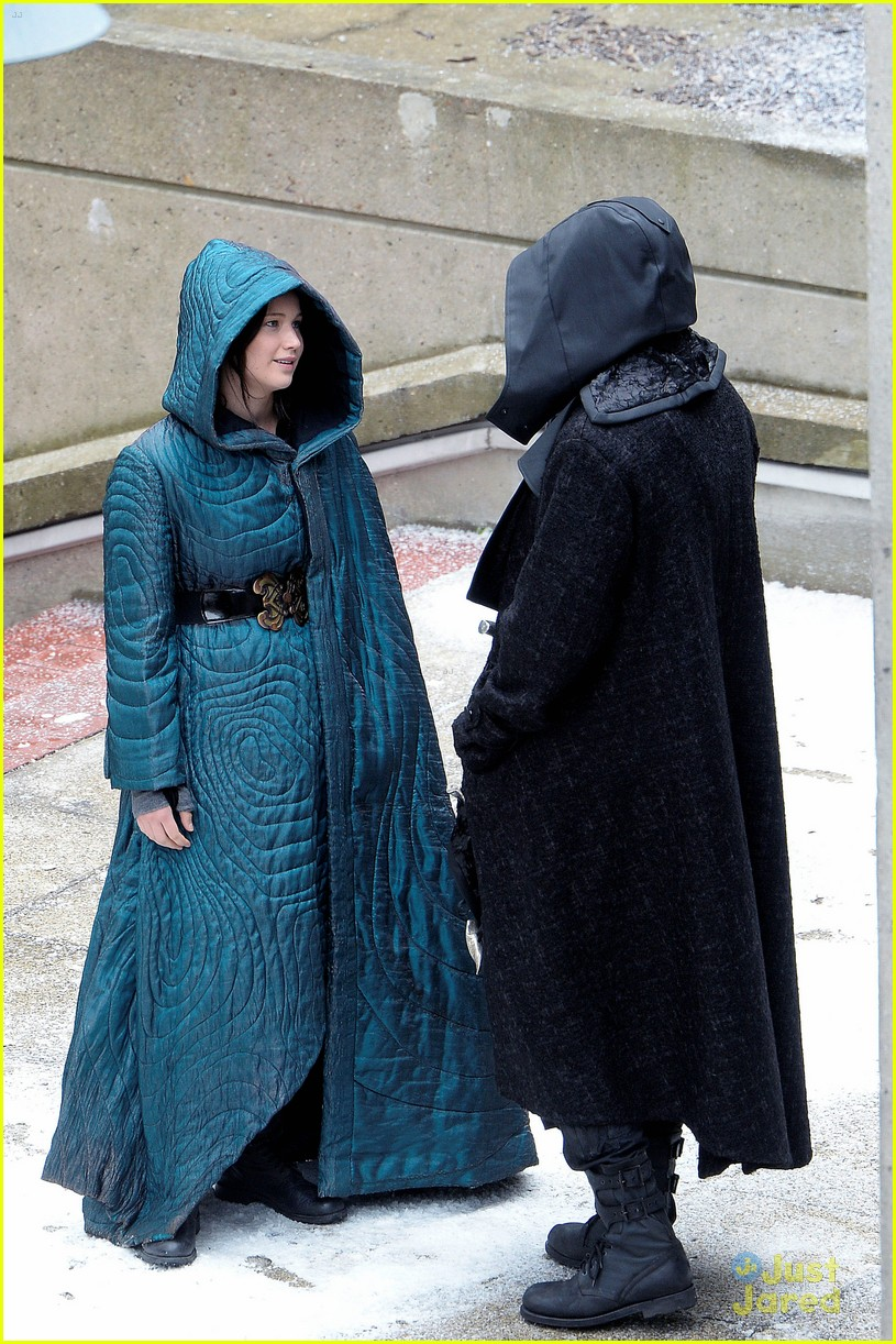 jennifer lawrence liam hemsworth mockingjay robes 143107838