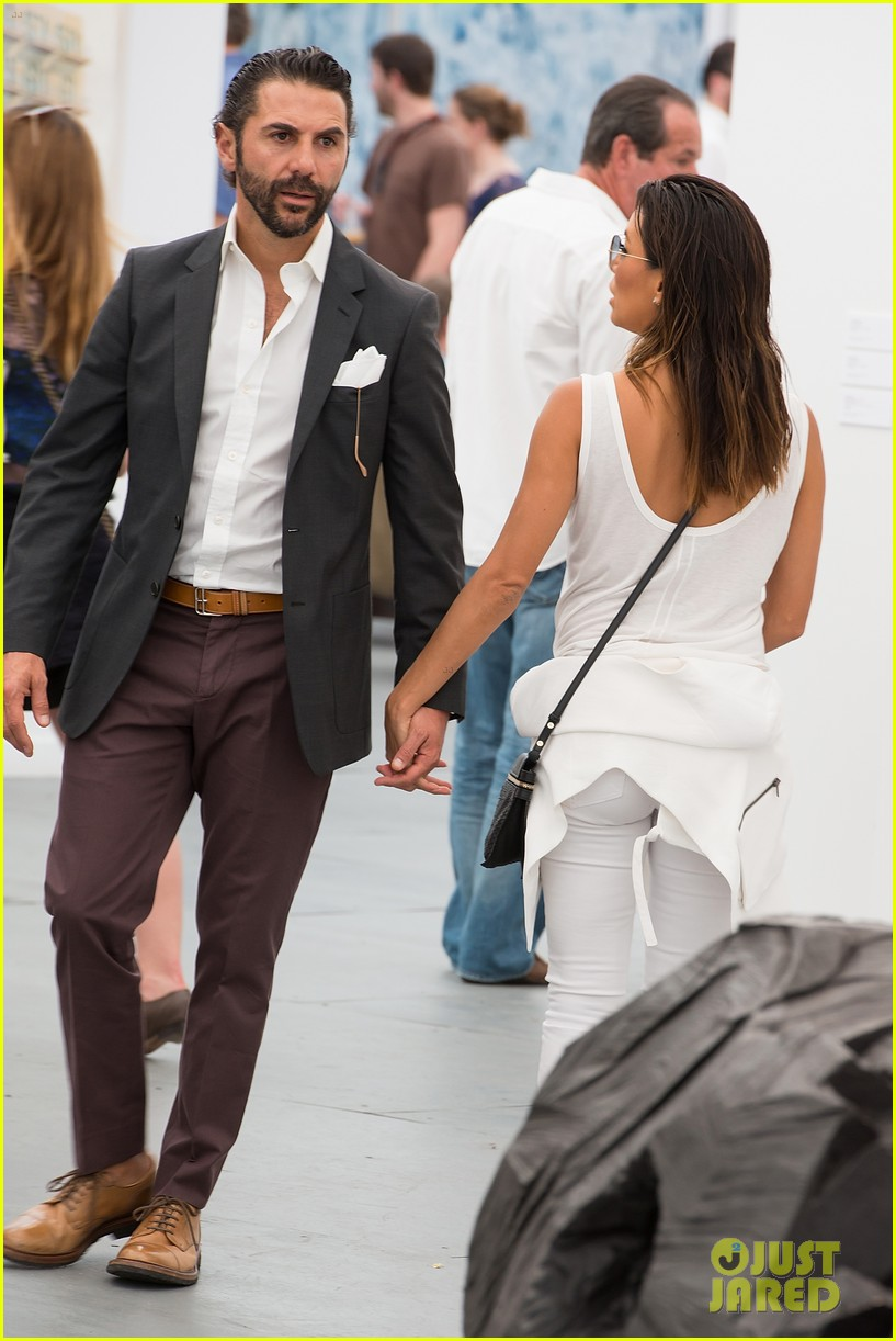 eva longoria boyfriend get cozy at fierze art festival 08