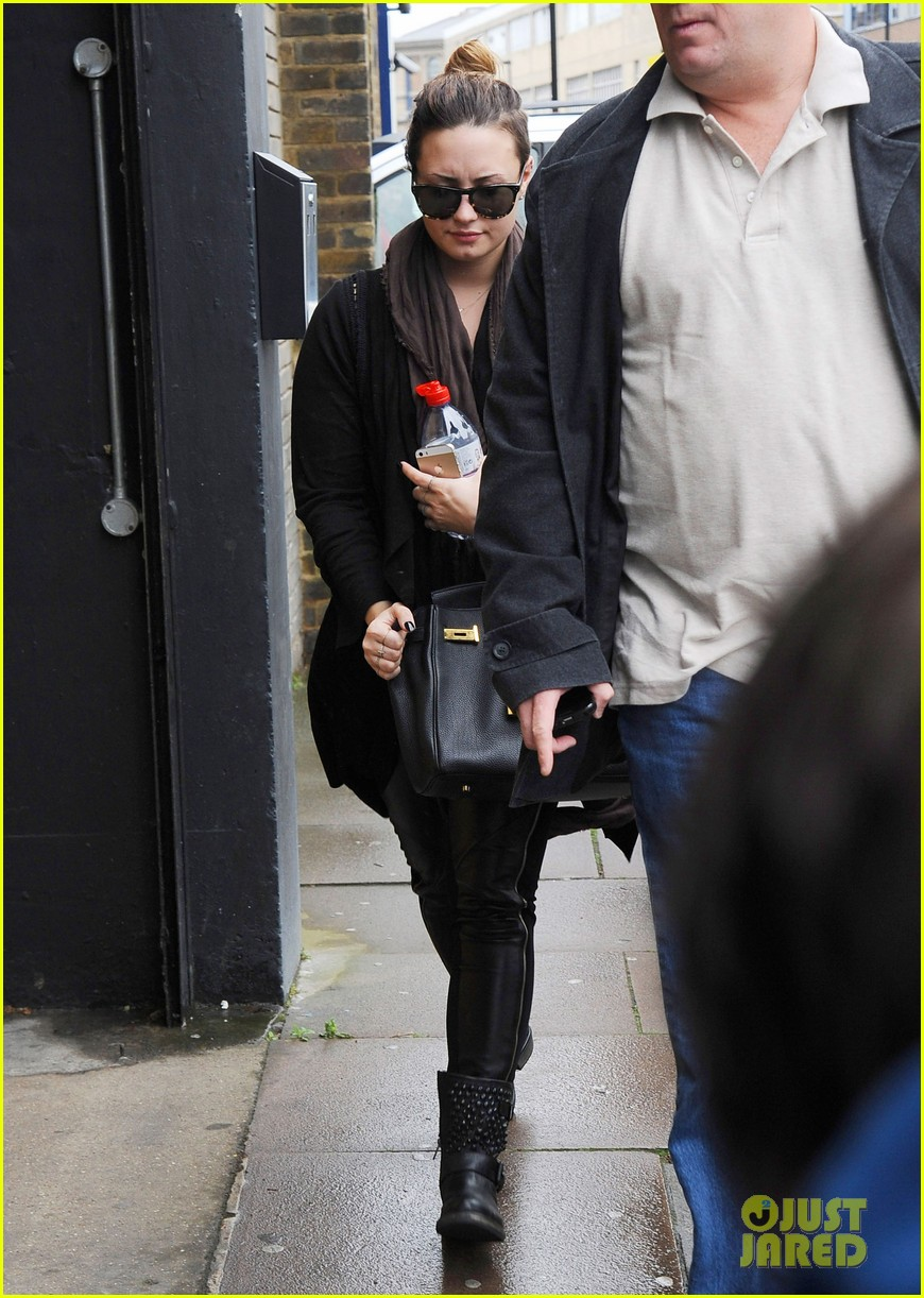 demi lovato thanks paps fans london 023122767