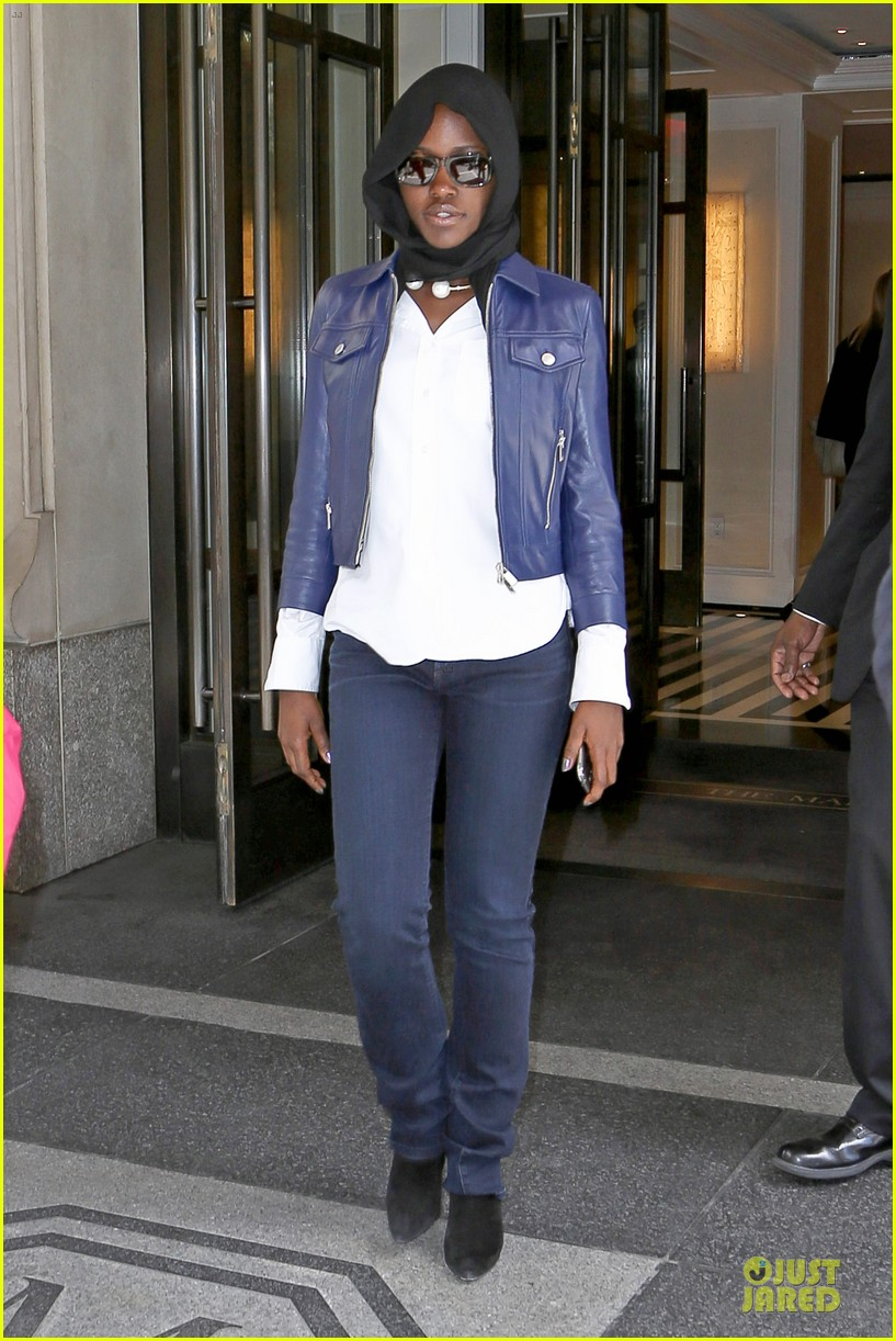 lupita nyongo covers up after met 01