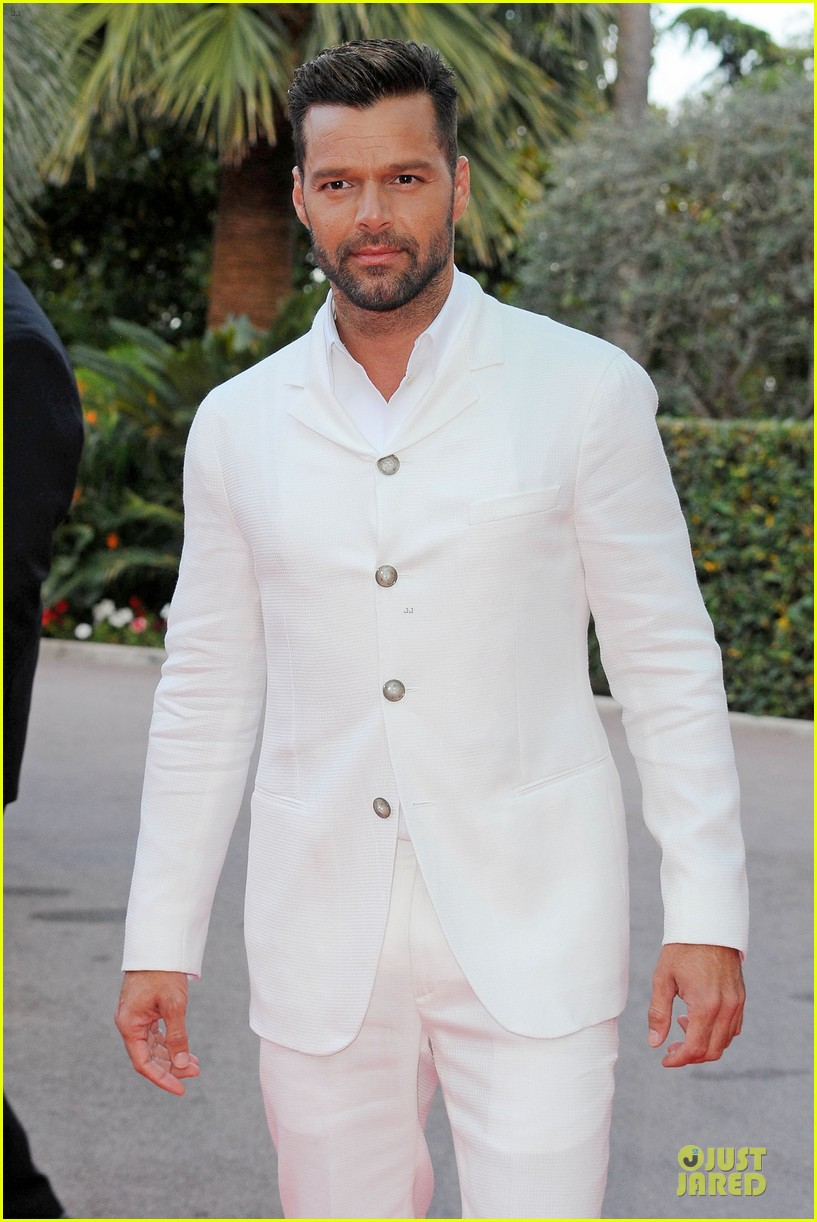 ricky martin kellan lutz handsome at world music awards 02