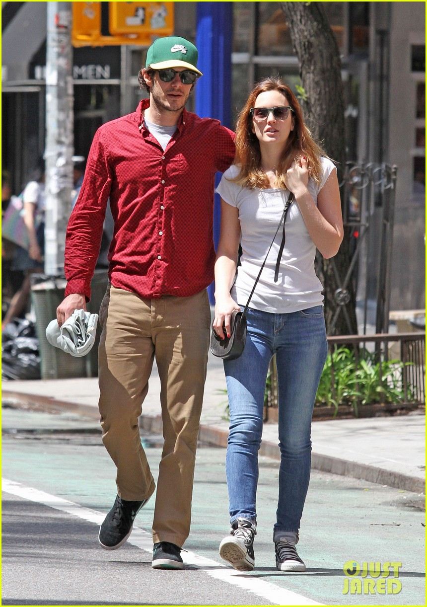 leighton meester adam brody romantic new york stroll 043103539