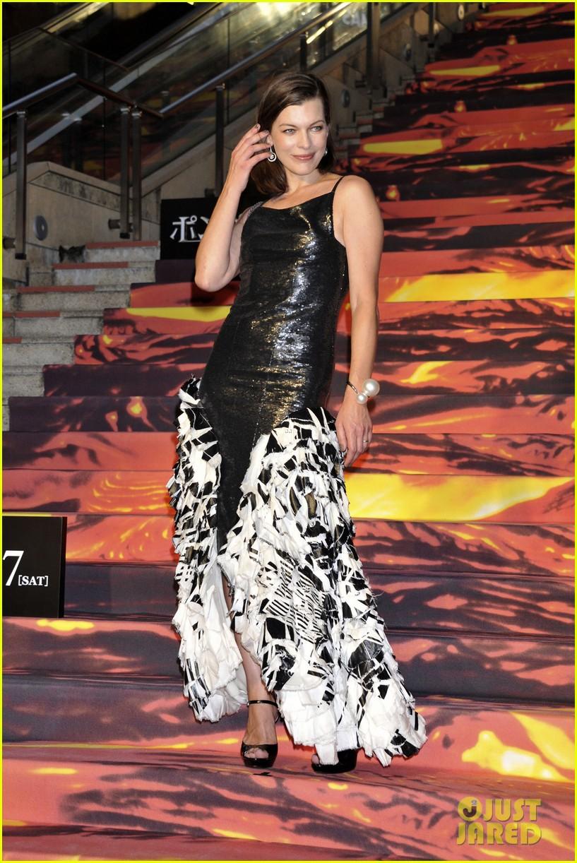 milla jovovich supports hubby pompeii premiere tokyo 013122435