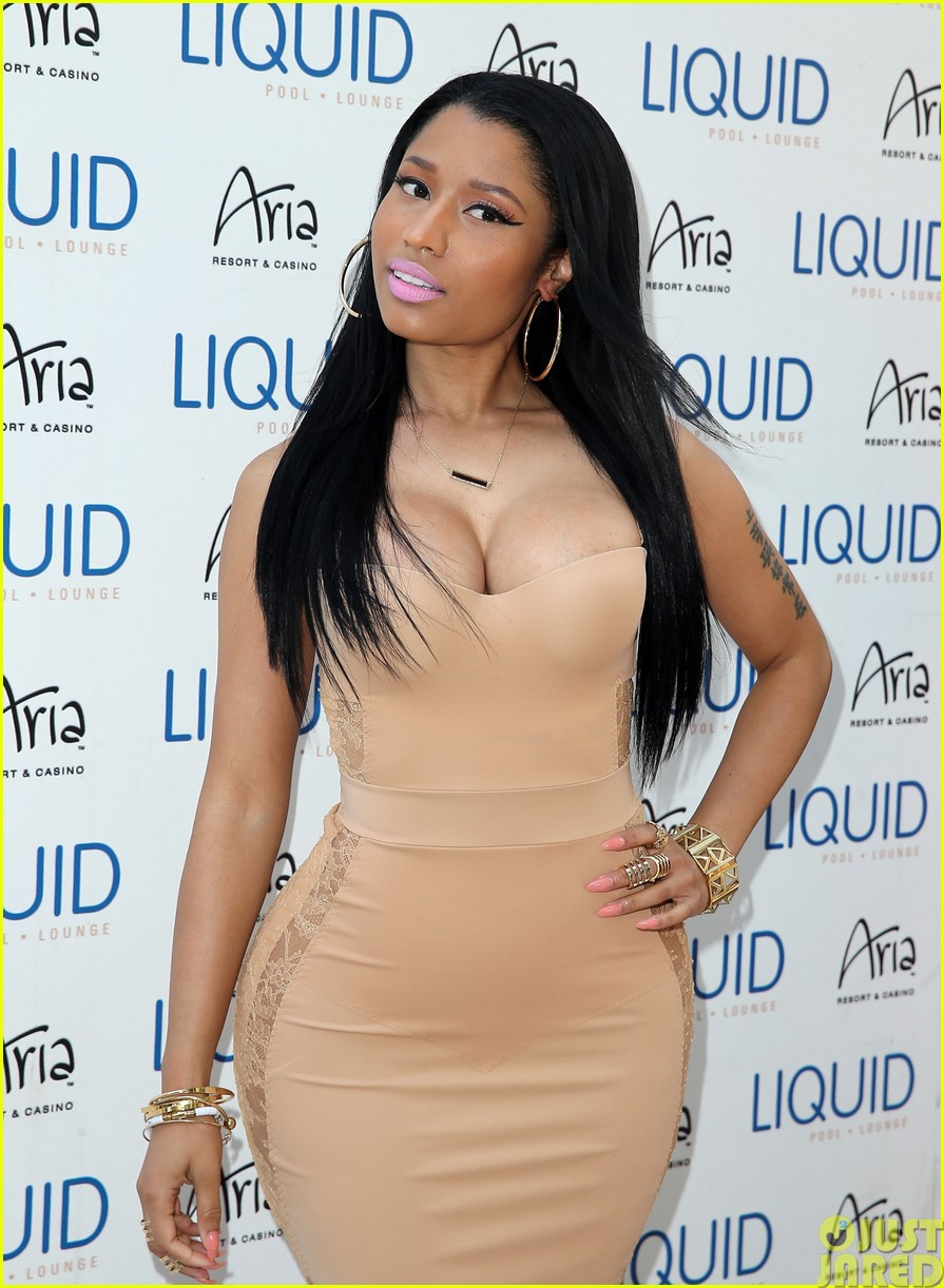 nicki minaj plays host at the liquid pool lounge16