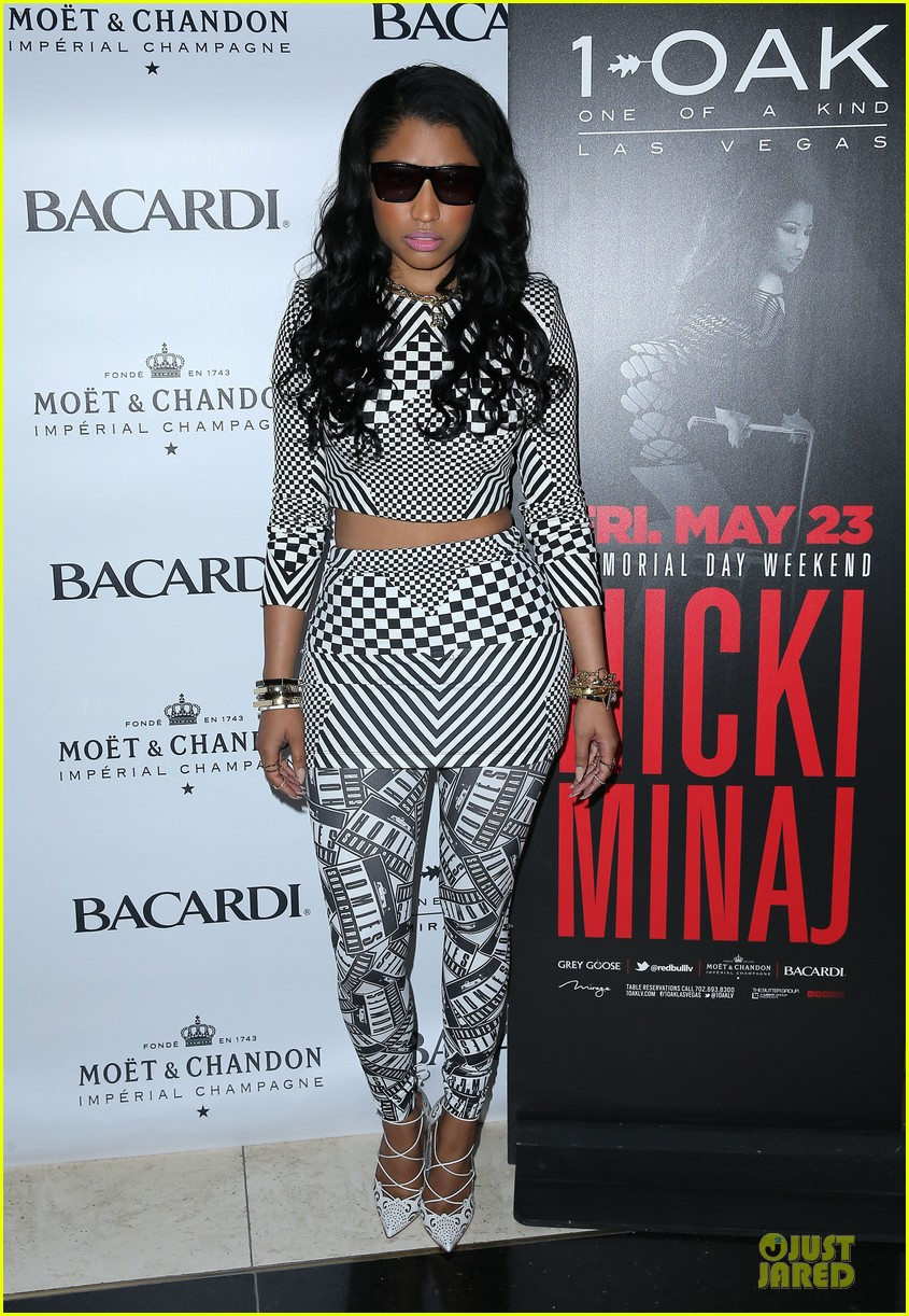 nicki minaj midriff las vegas party 01