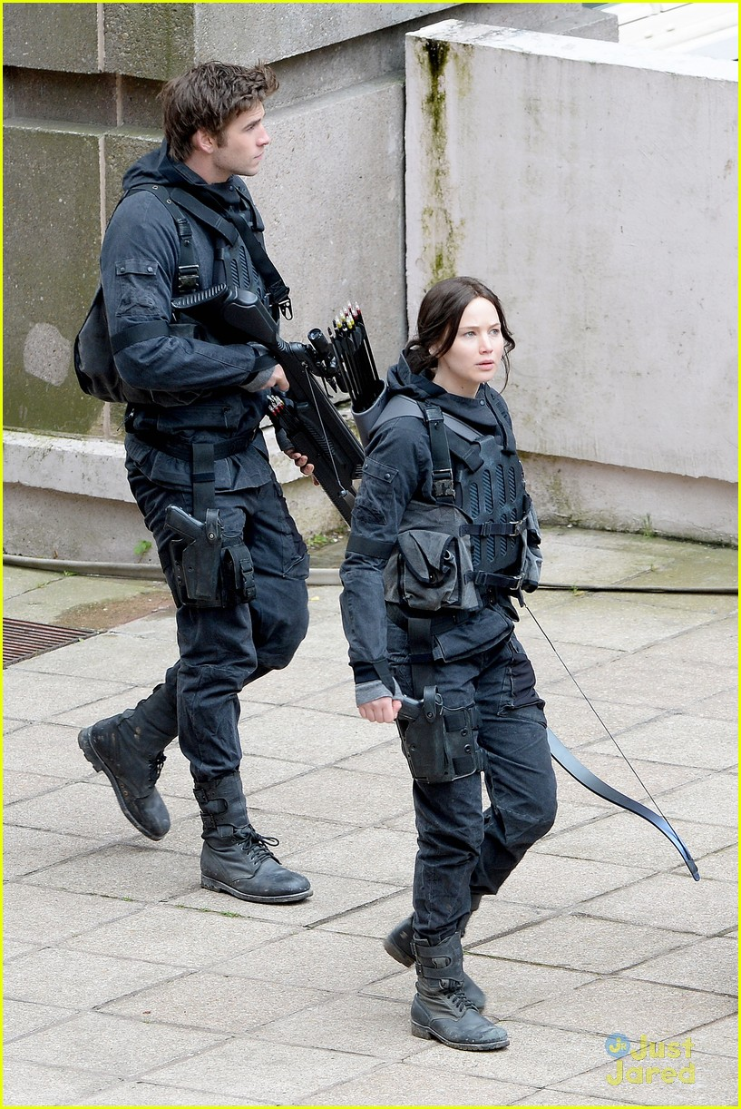 jennifer josh sam liam mockingjay combat wear 033111613