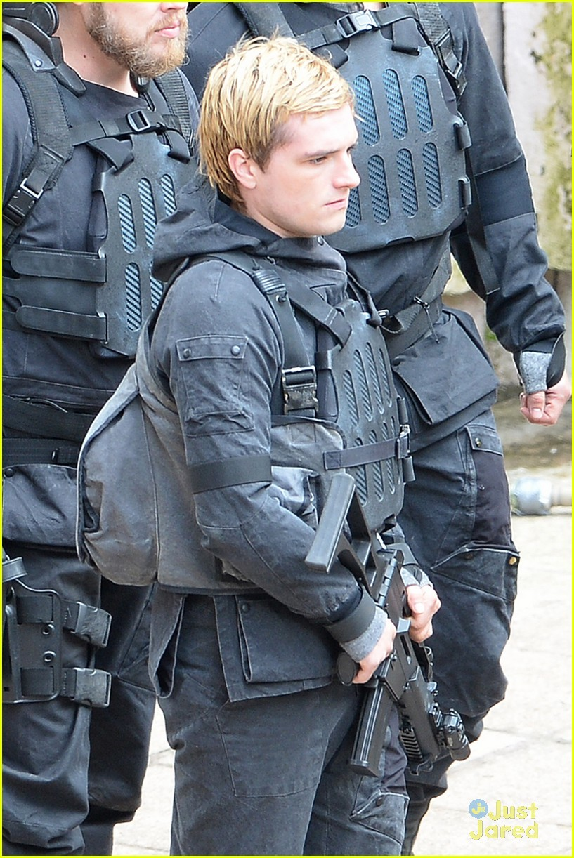 jennifer josh sam liam mockingjay combat wear 043111614