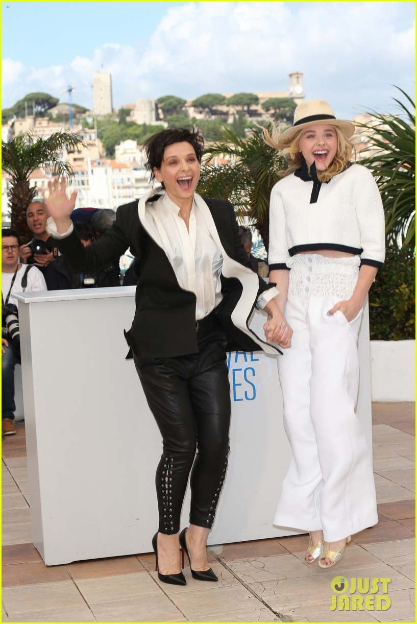 chloe moretz juliette binoche cannes clouds of sils maria photo call 01