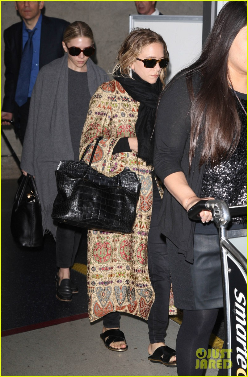 mary kate ashley olsen arrive in los angeles 06