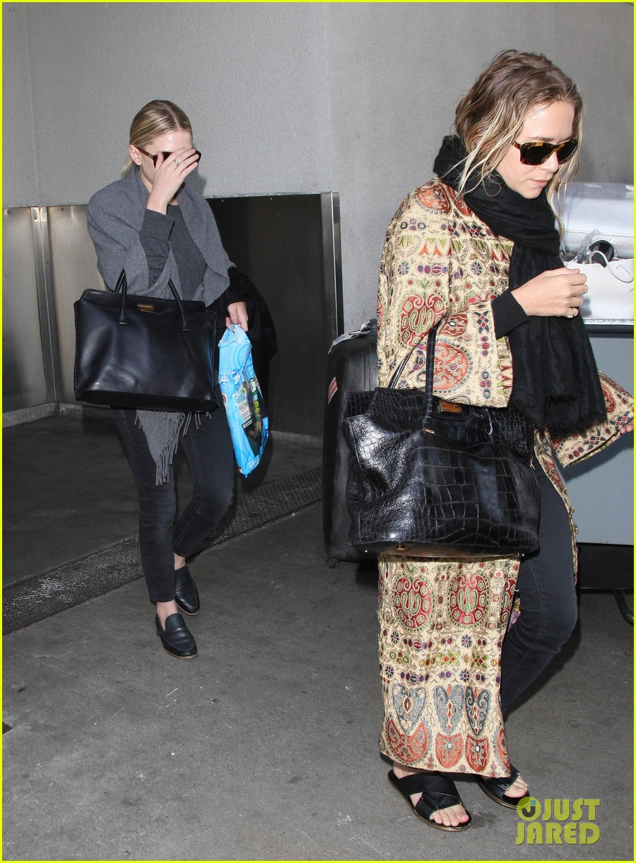 mary kate ashley olsen arrive in los angeles 07