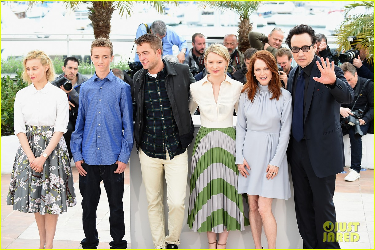 robert pattinson joins julianne moore mia wasikowska at cannes maps to the stars photo call 03