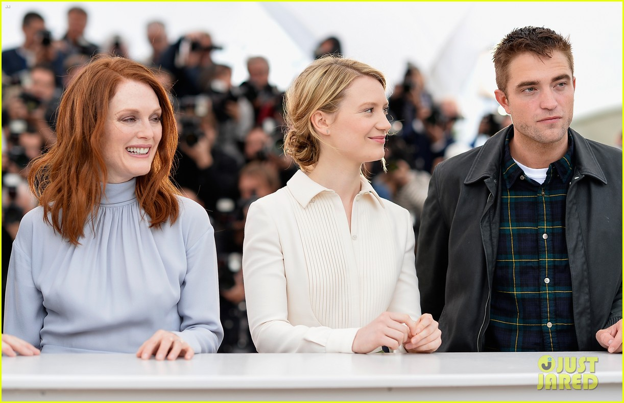 robert pattinson joins julianne moore mia wasikowska at cannes maps to the stars photo call 15