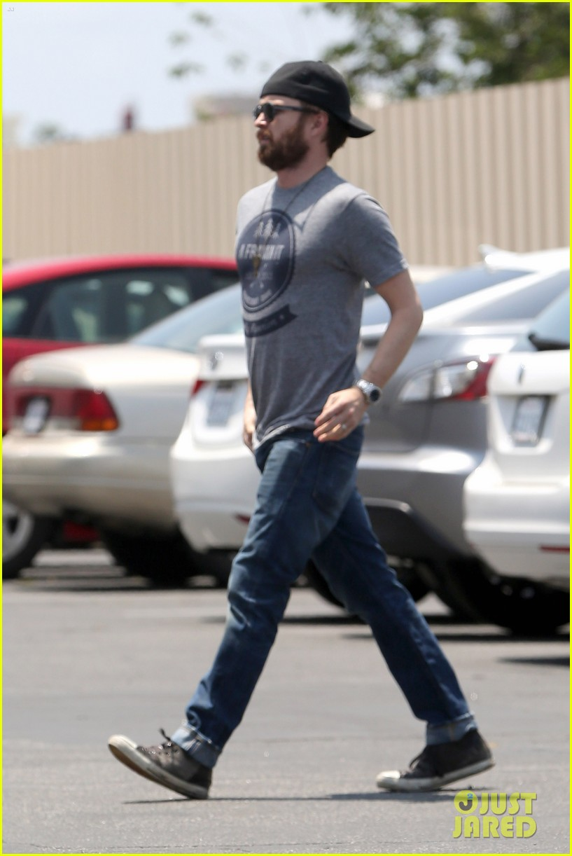 aaron paul sports super scruffy beard on holiday weekend 05