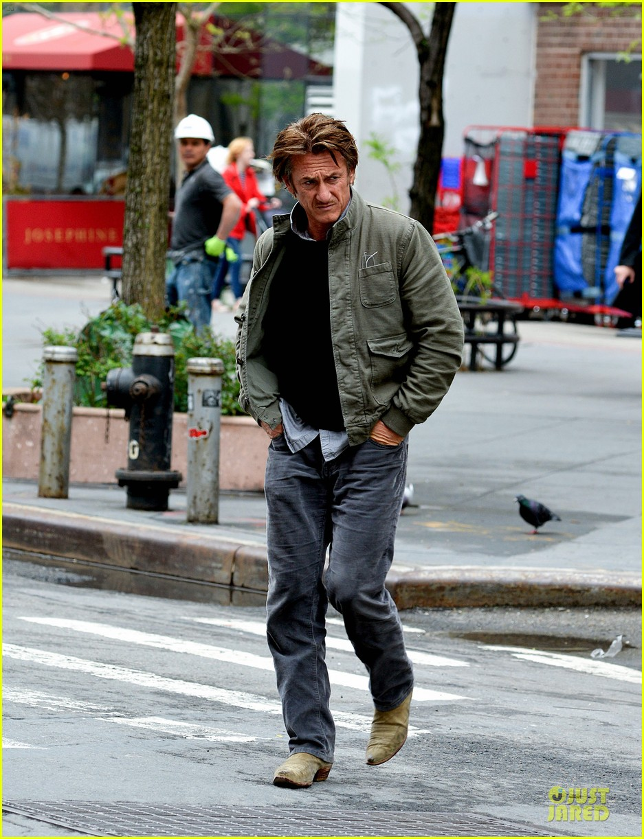 sean penn the gunman gets acquired 013110056