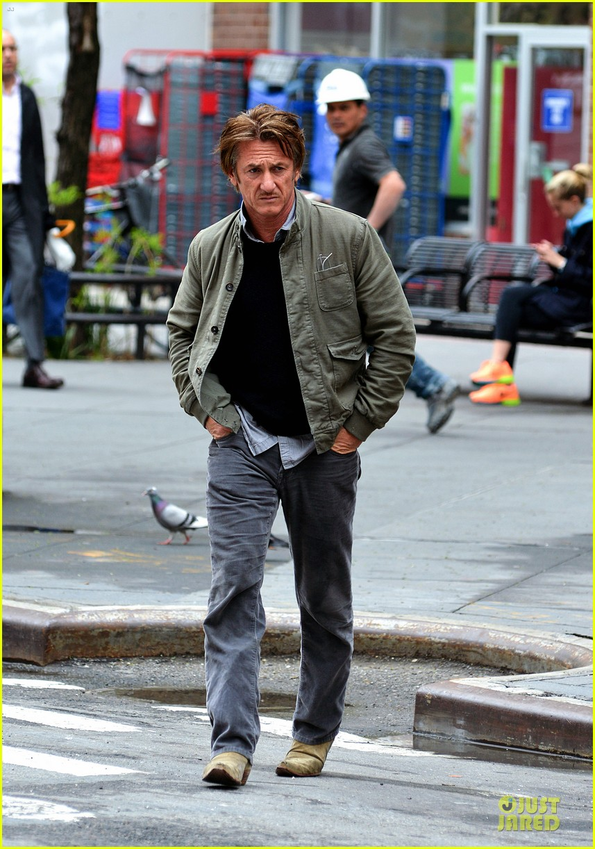 sean penn the gunman gets acquired 07