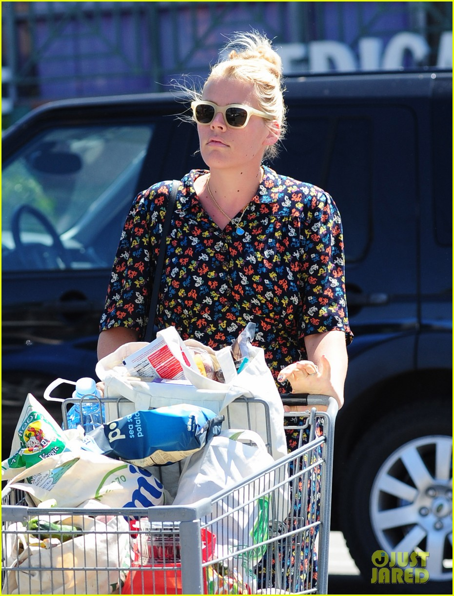 busy philipps cant keep from smiling after cougar town gets a renewal 02